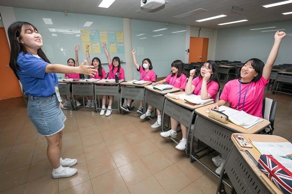지난 6일 경기도 수원시에 위치한 성균관대학교 자연과학캠퍼스에서 2019년 삼성드림클래스 여름캠프에 참가한 중학생들이 대학생 멘토로부터 수업을 듣고 있다. ⓒ삼성전자