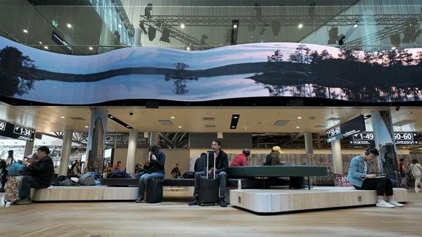핀란드 헬싱키 반타 공항에 설치된 삼성전자의 스마트 LED 사이니지 ⓒ삼성전자