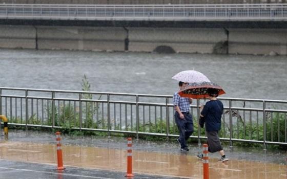 시민들이 우산을 쓰고 길을 걷고 있다.ⓒEBN
