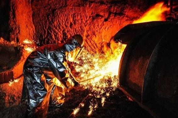 포스코 직원이 고로(용광로)에서 녹인 쇳물을 빼내는 출선작업을 하고 있다.ⓒ포스코