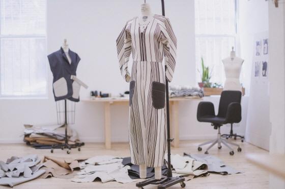 미국 뉴욕 소호 블리커 스트리트(New York Soho Bleecker St.)에 위치한 패션 디자이너 '마리아 코르네호' 작업실에서 제작 중인 현대자동차 업사이클링 의상ⓒ현대자동차