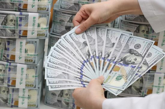 미 달러화 강세의 영향으로 지난달 우리나라의 외환보유액이 1년 만에 최소 수준으로 줄어들었다.ⓒ연합
