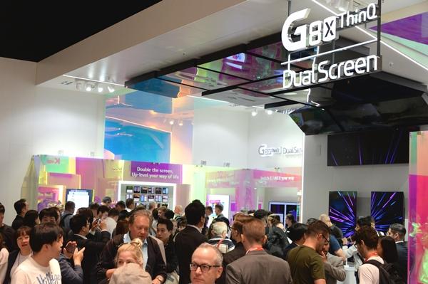 LG전자가 현지시간 6일부터 11일까지 독일 베를린에서 열리는 IFA 2019 전시회에서 LG전자의 인공지능 기술과 차별화된 시장선도 제품들이 변화시키는 생활공간을 선보인다. 관람객들이 LG전자의 하반기 전략 스마트폰 LG V50S 씽큐(해외명 LG G8X 씽큐)와 새로운 듀얼스크린을 살펴보고 있다. ⓒLG전자