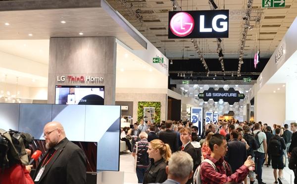 LG전자가 현지시간 6일부터 11일까지 독일 베를린에서 열리는 IFA 2019 전시회에서 LG전자의 인공지능 기술과 차별화된 시장선도 제품들이 변화시키는 생활공간을 선보인다. 관람객들이 LG전자 전시관을 살펴보고 있다. ⓒLG전자