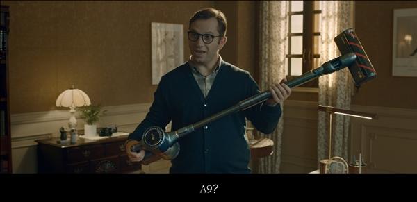 광고 속 왓슨 박사가 셜록 홈즈가 준비한 LG 코드제로 A9을 받아들고 청소할 준비를 하고 있다. ⓒLG전자