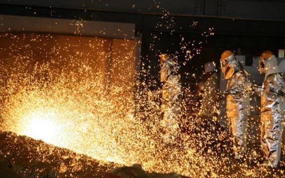 포스코 포항제철소 직원들이 출선작업(쇳물을 뽑아내는 공정)을 하고 있다.ⓒ포스코
