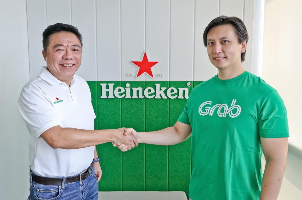 케네스 추(Kenneth Choo) 하이네켄 아시아 태평양 지역 매니징 디렉터(왼쪽)과 히다얏 류(Hidayat Liu) 그랩 전략, 파트너십 및 비즈니스 개발 그룹 대표(오른쪽)ⓒ그랩