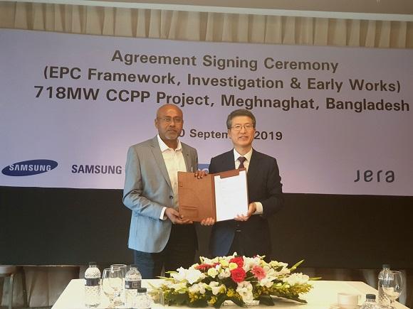 리라이언스 방글라데시 LNG & 파워의 CEO Mr.Ranjan Lohar와 삼성물산 건설부문 오세철 부사장(플랜트사업부장)이 계약 체결 후 기념사진을 촬영하고 있다.