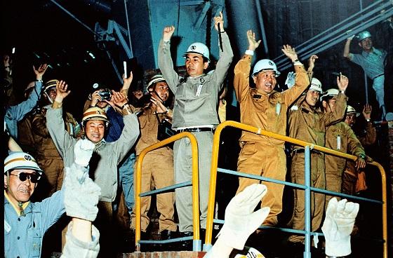 박태준 포스코 창업주(가운데)가 지난 1973년 6월 9일 포항제철소 1고로에서 첫 쇳물을 생산한 후 관계자들과 만세를 부르고 있다.ⓒ포스코