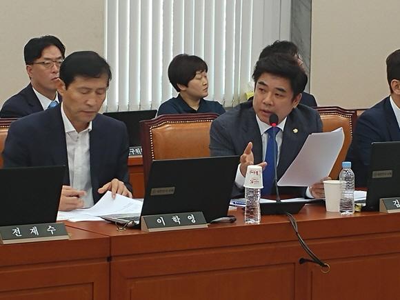 김병욱 국회 정무위원회 위원이 은성수 금융위원장에게 질의를 하고 있다.ⓒEBN