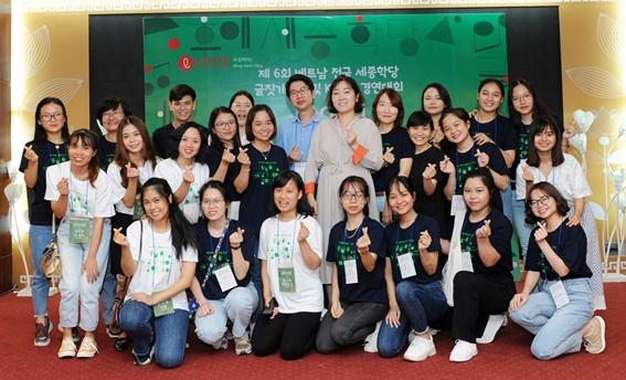 지난 5일 한국문화 알리기 행사에서 베트남 학생들이 기념촬영을 하고 있다.ⓒ롯데주류