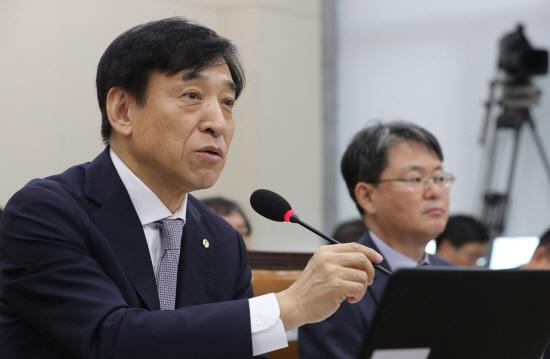 이주열 한국은행 총재가 8일 국회에서 열린 기획재정위원회의 한국은행 국정감사에서 의원질의에 답변하고 있다.ⓒ연합