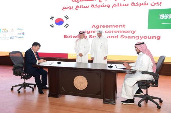 쌍용자동차가 사우디아라비아 자동차 시장에 본격 진출한다. 쌍용자동차는 지난 8일(현지시간) 사우디아라비아 주베일(Jubail) 산업단지에서 사우디 내셔널 오토모빌스(SNAM: Saudi National Automobiles Manufacturing Co.)와 현지 조립생산을 위한 제품 라이선스 계약을 체결했다. 이번 계약에 따라 SNAM社는 쌍용자동차의 렉스턴 스포츠와 렉스턴 스포츠 칸을 2021년부터 사우디아라비아에서 현지 조립 생산해 향후 3만대 수준까지 생산량을 확대해 나갈 계획이다. 쌍용자동차 예병태 대표이사(사진 왼쪽)와 SNAM社의 파드 알도히시(Dr. Fahd S Aldohish) 대표 이사가 계약서에 서명하고 있다.ⓒ쌍용차