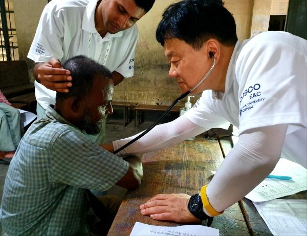 포스코건설이 인하대병원 의료진과 방글라데시 마타바리 푸란 바자 초등학교에서 현지 주민 1500여명을 대상으로 의료 봉사활동을 진행했다. ⓒ포스코건설