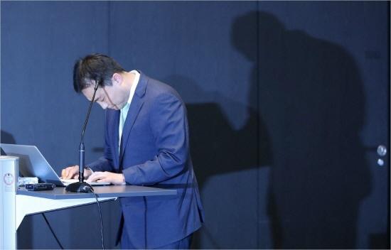 원종준 라임자산운용 대표이사가 14일 오후 서울 영등포구 서울국제금융센터(IFC 서울)에서 라임자산운용 펀드 환매 중단 사태와 관련 기자간담회에 앞서 고개를 숙이고 있다.ⓒ연합