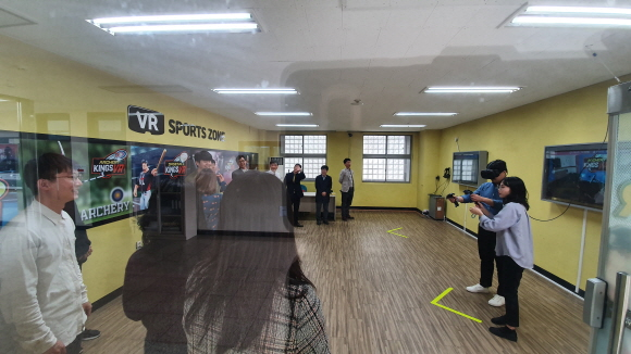 한동대학교 학생들이 KT가 구축한 체험존에서 VR 게임을 즐기고 있다.ⓒKT