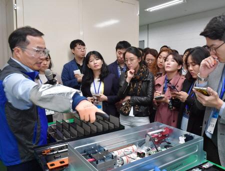 삼성SDI 허은기 전무(왼쪽)가 신개념 열 확산 차단재와 이미 적용된 외부 고전압, 고전류 차단 장치들에 대해 설명하고 있다.