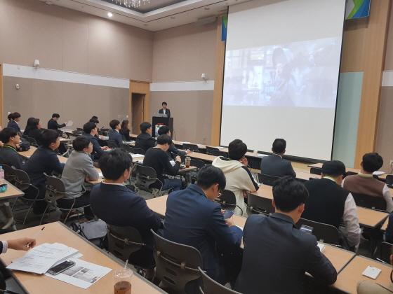 한국철강협회는 10월 23, 24일 양일간 대구컨벤션센터에서 대학원생 및 교수, 산업계 관계자 80여명이 참석한 가운데 고부가 금속소재 전문인력양성사업 연구성과 발표회 및 취업설명회를 개최했다.ⓒ한국철강협회