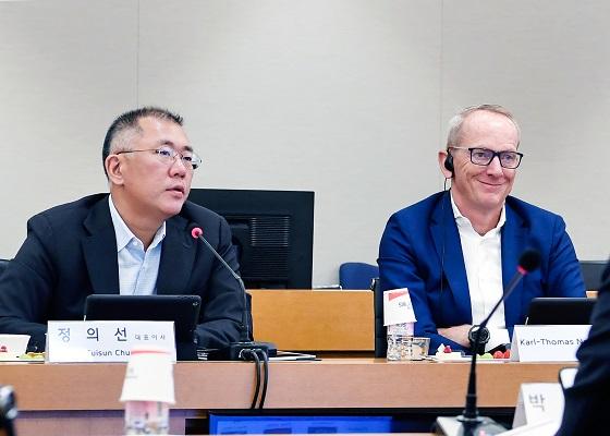 현대모비스 대표이사를 맡고 있는 정의선 현대차그룹 수석부회장(왼쪽)과 칼 토마스 노이먼 현대모비스 사외이사 ⓒ현대모비스