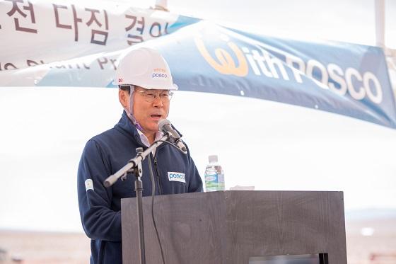 최정우 포스코 회장이 지난 19일(현지시간) 아르헨티나 옴브레 무에르토 소재 염호(鹽湖) 리튬 추출 데모플랜트 건설현장을 방문해 직원들을 격려하고 있다.ⓒ포스코