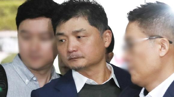 공정거래법 위반 혐의로 기소된 김범수 카카오 의장이 지난 9월 25일 서울 서초구 서울중앙지법에서 열린 2심 첫 재판에 출석하기 위해 법정으로 향하고 있다.ⓒ연합뉴스