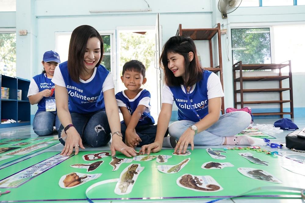 삼성전자 임직원이 동남아 소외지역 청소년 교육과 환경 개선 봉사활동을 하는 모습.ⓒ삼성전자 뉴스룸