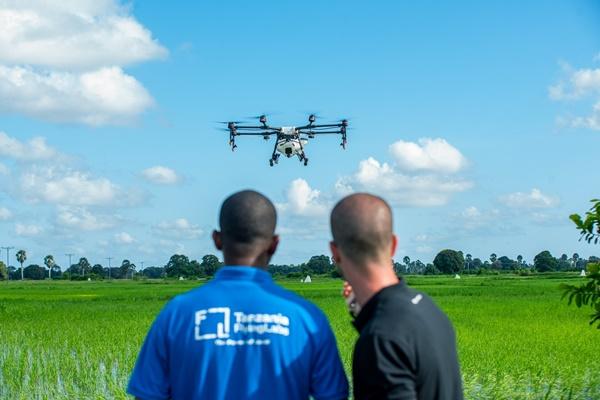 DJI가 스프레이 드론 아그라스 MG1-S를 이용해 말리리아 방제 임무를 진행하고 있다. ⓒDJI
