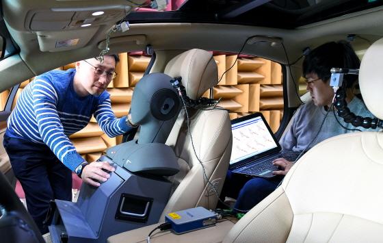연구원들이 제네시스 G80 차량으로 RANC기술을 테스트하는 모습.ⓒ현대차그룹