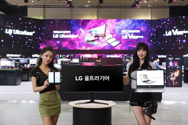 LG전자가 14일부터 17일까지 부산 벡스코에서 열리는 '지스타(G-STAR) 2019'에서 역대 최대 규모의 전시공간을 마련하고, 게임 마니아를 사로잡는다.   특히 올해는 처음으로 스마트폰 전시공간을 별도로 마련하고, 관람객들이 LG 듀얼 스크린의 사용 편의성을 경험할 수 있도록 했다. LG전자 부스에서 모델이 제품을 소개하고 있다.ⓒLG전자