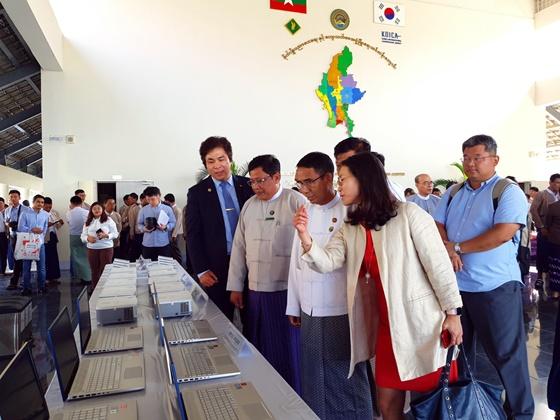 미얀마 측에 전달할 보급지원 물품을 둘러보고 있는 유웅환 센터장(왼쪽부터), 예틴 툰 농림부국장, 아웅 뚜 농림부장관, 김소희 기후변화센터 사무총장. ⓒSKT
