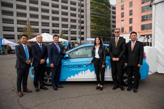현대차그룹과 LA시가 14일(현지시각) 미국 LA에서 열린 'LA 코모션(LA Comotion)' 행사에서 미래 모빌리티 사업 협력 계획을 발표한 가운데 이날 행사에 참석한 관계자들이 기념촬영을 하고 있다. 왼쪽부터 현대차 이경효 모빌리티사업1팀 상무, 김창희 현대 크래들 실리콘밸리 (HYUNDAI CRADLE Silicon Valley) 상무, 윤경림 오픈이노베이션 전략사업부장(부사장), LA의 니나 하치지안(Nina Hachigian) 국제부문 부시장, HMA 마이크 오브라이언(Mike O