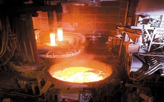 세아베스틸이 보유한 100톤 규모 전기로에서 쇳물 공정이 이뤄지고 있다.ⓒ세아베스틸