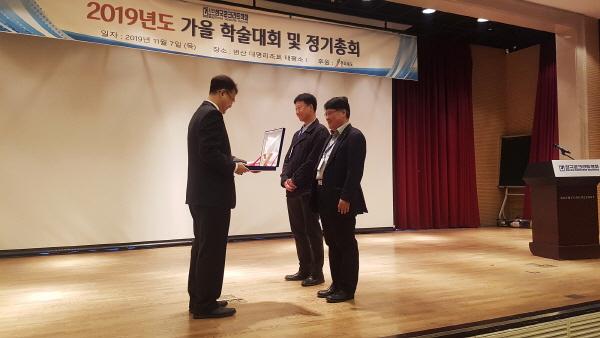 인천항 신국제여객터미널의 서성각 소장(오른쪽에서 첫 번째)이 한국콘크리트학회가 개최한 2019년 가을 학술대회에서 학회상을 받고 있다. ⓒ롯데건설