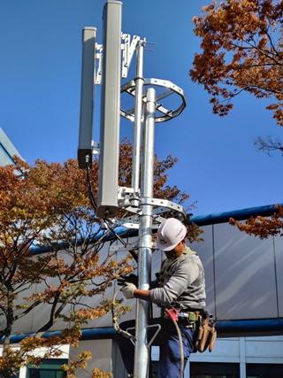 대전에 있는 'LTE-R 종합검증센터'에서 현장 기술자가 철도 환경에 최적화 된 솔루션 검증을 위해 안테나를 설치하는 모습. ⓒLGU+