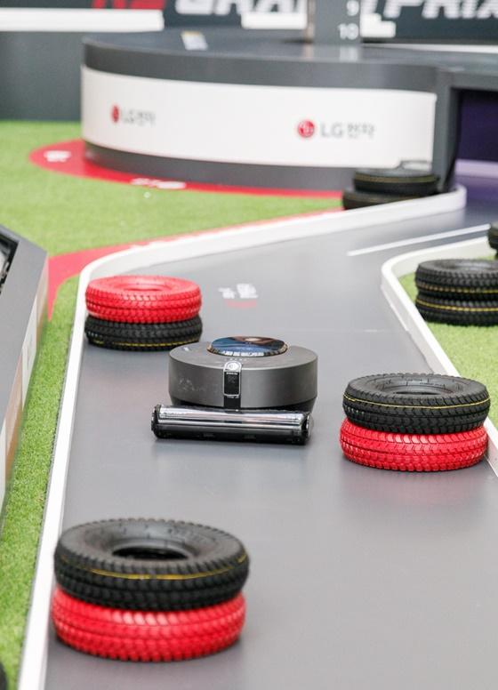 LG전자가 16일 서울 영등포 타임스퀘어 광장에서 국내 첫 로봇청소기 레이싱 대회