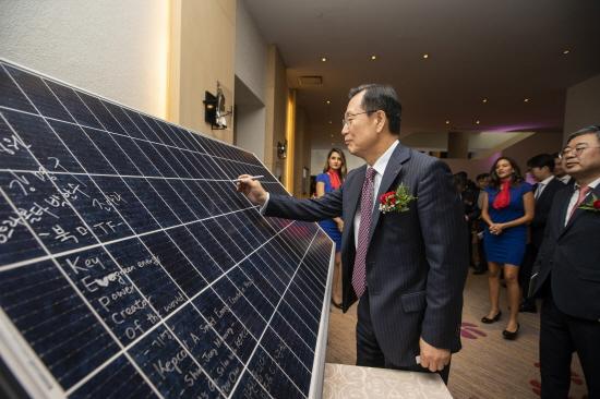 한국전력 김종갑 사장이 태양광 패널에 사인하는 모습