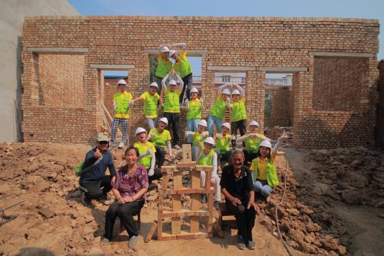 지난해 8월 섬서성에서 진행된 '기아가원 프로젝트'에 참여한 중국 대학생들과 수혜 노인 부부ⓒ현대차그룹