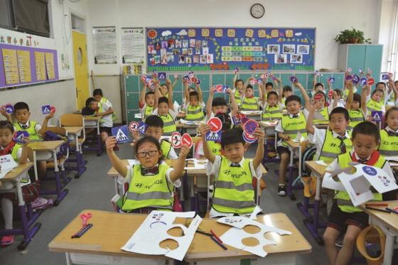 지난해 5월 북경에서 진행된 초등학생 대상 찾아가는 교통안전교실, 어린이들이 직접 그린 자동차 안전표지판을 들고 있는 모습ⓒ현대차그룹