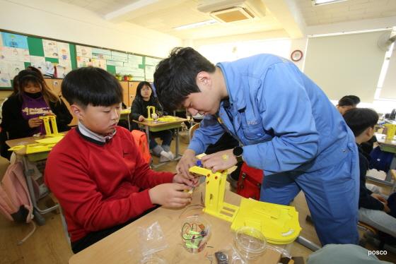 지난 14일 송림초등학교에서 진행된 주니어 공학교실에서 아이들이 철 재활용 장치를 만들어보는 실습에 참여하고 있다.ⓒ포스코