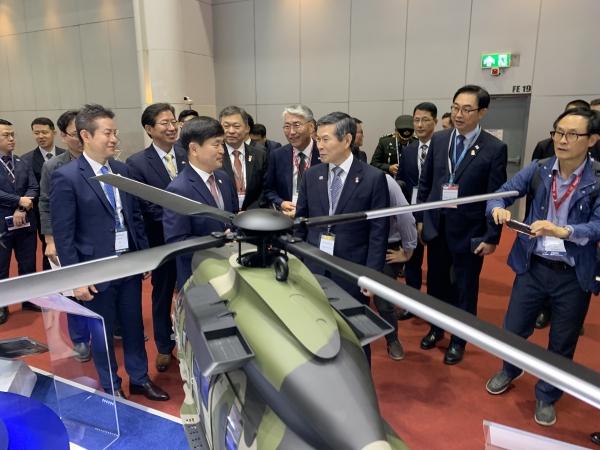 태국 방콕에서 정경두 국방장관(오른쪽 세 번째)이 KAI 부스를 둘러보고 있다.ⓒKAI