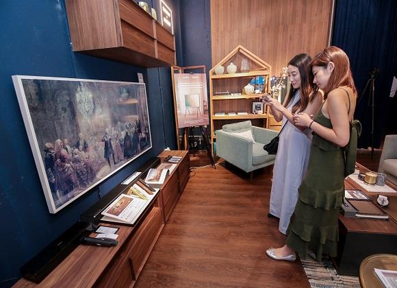 체험공간을 방문한 현지 소비자들이  '더 프레임(The Frame)' TV  65형을 체험하고 있다.