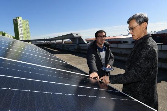 건물 옥상에 설치된 태양광 패널을 살펴보고 있는 SK에너지 조경목 사장[사진제공=SK에너지]