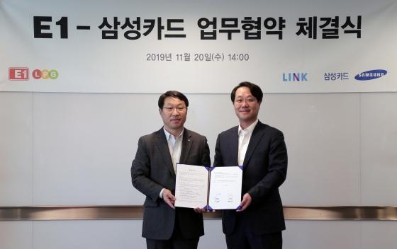 삼성카드는 20일 E1과 서울 중구 삼성본관빌딩에서 마케팅 업무제휴 협약을 체결했다. 허재영 삼성카드 BDA센터장(오른쪽)과 김수근 E1 영업본부장이 기념촬영을 하고 있다.ⓒ삼성카드