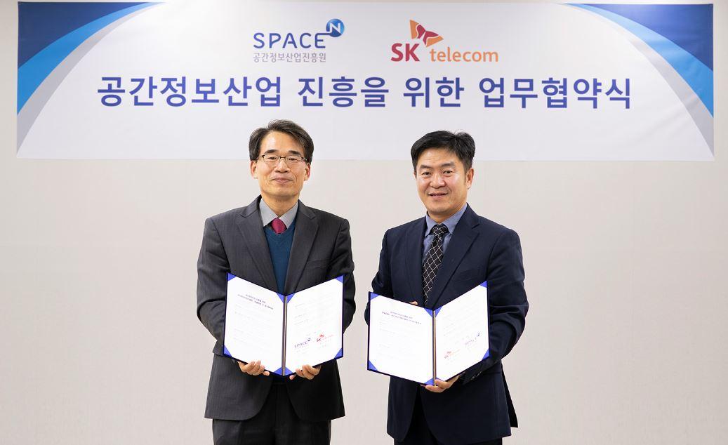 공간정보산업진흥원 김수곤 원장(왼쪽)과 정창권 인프라 엔지니어링 그룹장(오른쪽)이 업무협약식에서 기념 사진 촬영을 하고 있는 모습. ⓒSKT