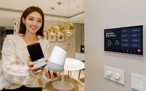 모델이 구글 어시스턴트가 설치된 스마트폰과 구글 홈 스피커를 통해 스마트 홈 기능을 구동하고 있다. ⓒ대림산업