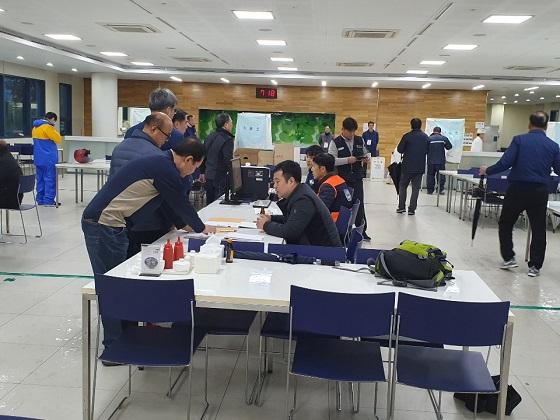 28일 제8대 임원선거 1차 투표를 하고 있는 모습 ⓒ현대차 노조