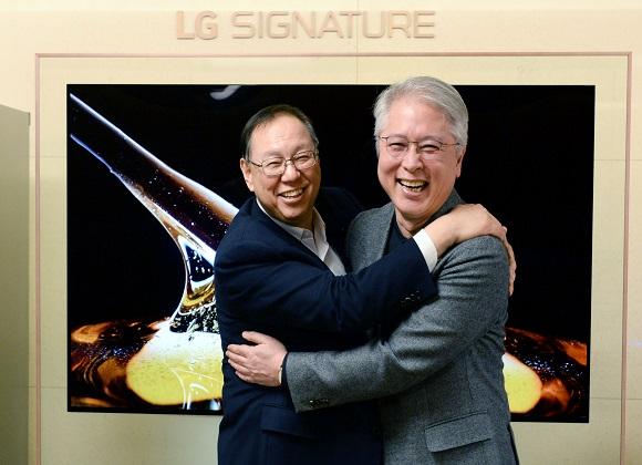 LG전자 조성진 부회장이 28일 오후 서울 여의도 트윈타워 집무실에서 LG전자 새 CEO에 선임된 권봉석 사장을 만나 축하 인사를 건네고 있다. 조 부회장은 이 자리에서 권 사장이 회사를 잘 이끌 수 있도록 기도하고 응원하겠다고 말했다.