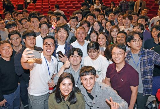 정의선 현대자동차그룹 총괄 수석부회장(가운데)이 지난 10월 22일 서울 양재동 현대차그룹 본사 대강당에서 열린 타운홀 미팅에서 직원들과 셀카를 찍고 있다.ⓒ현대자동차