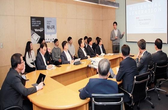 권순호 HDC현대산업개발 대표이사(왼쪽 맨 끝)와 경영진이 지난 10월 서울 강남 사옥에서 신입사원들과