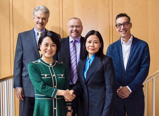 이현정 삼양바이오팜USA 대표(앞줄 왼쪽)와 제니퍼 D. 우(Jennifer D. Wu) 캔큐어 대표(앞줄 오른쪽)가 SYB-010의 라이선스인 계약을 체결하고 양사 주요 임원들과 기념사진을 촬영하고 있다.ⓒ삼양바이오팜USA